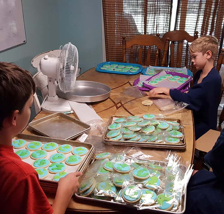 kids-bagging-cookies