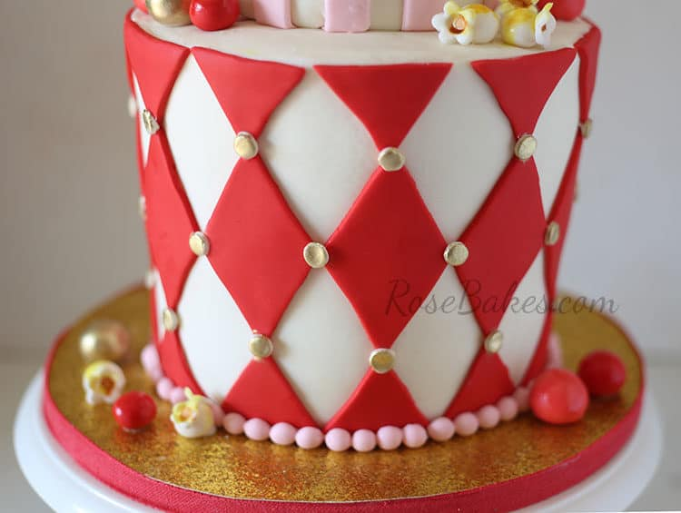 diamond-pattern-on-carnivanl-cake