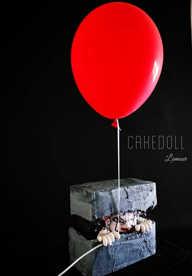 15+ Fault Line Cakes that WOW - Killer Clown Fault Line Cake with Red Balloon